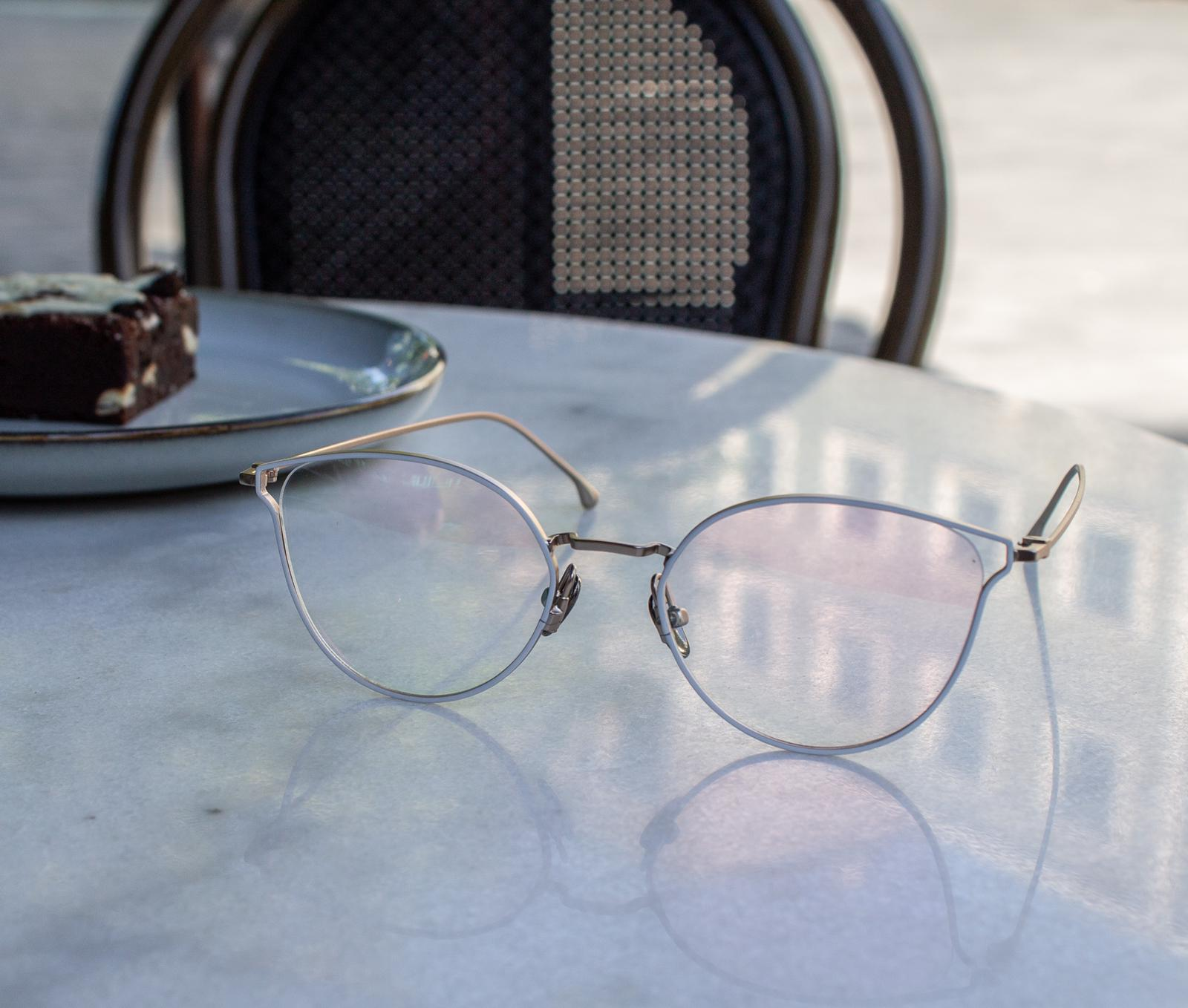 Komono bril op tafel
